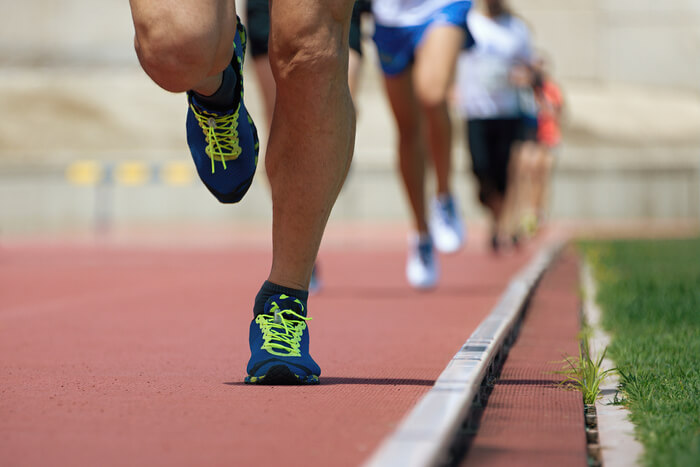 De pernas no dor e caminhar nas joelho distância depois curta