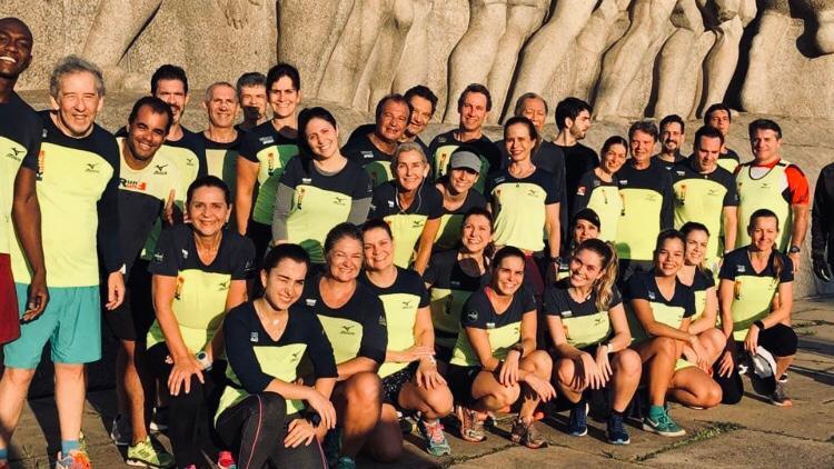 Alberto com a equipe com quem treina atualmente, a Run@Fun