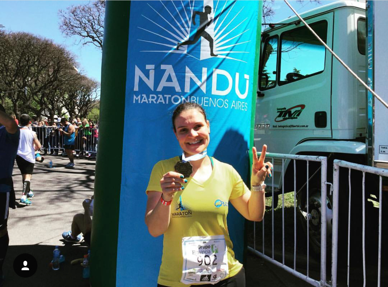 Carol com sua medalha na Maratona de Buenos Aires