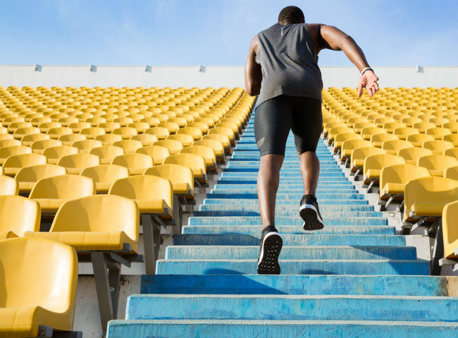 Atleta subindo uma escadaria